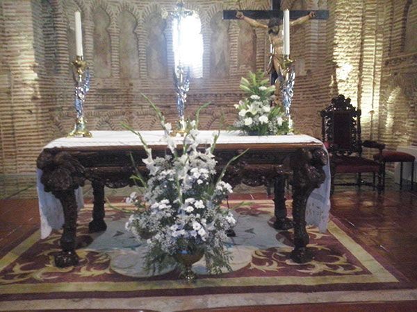 decoracion-altar-iglesia-flores